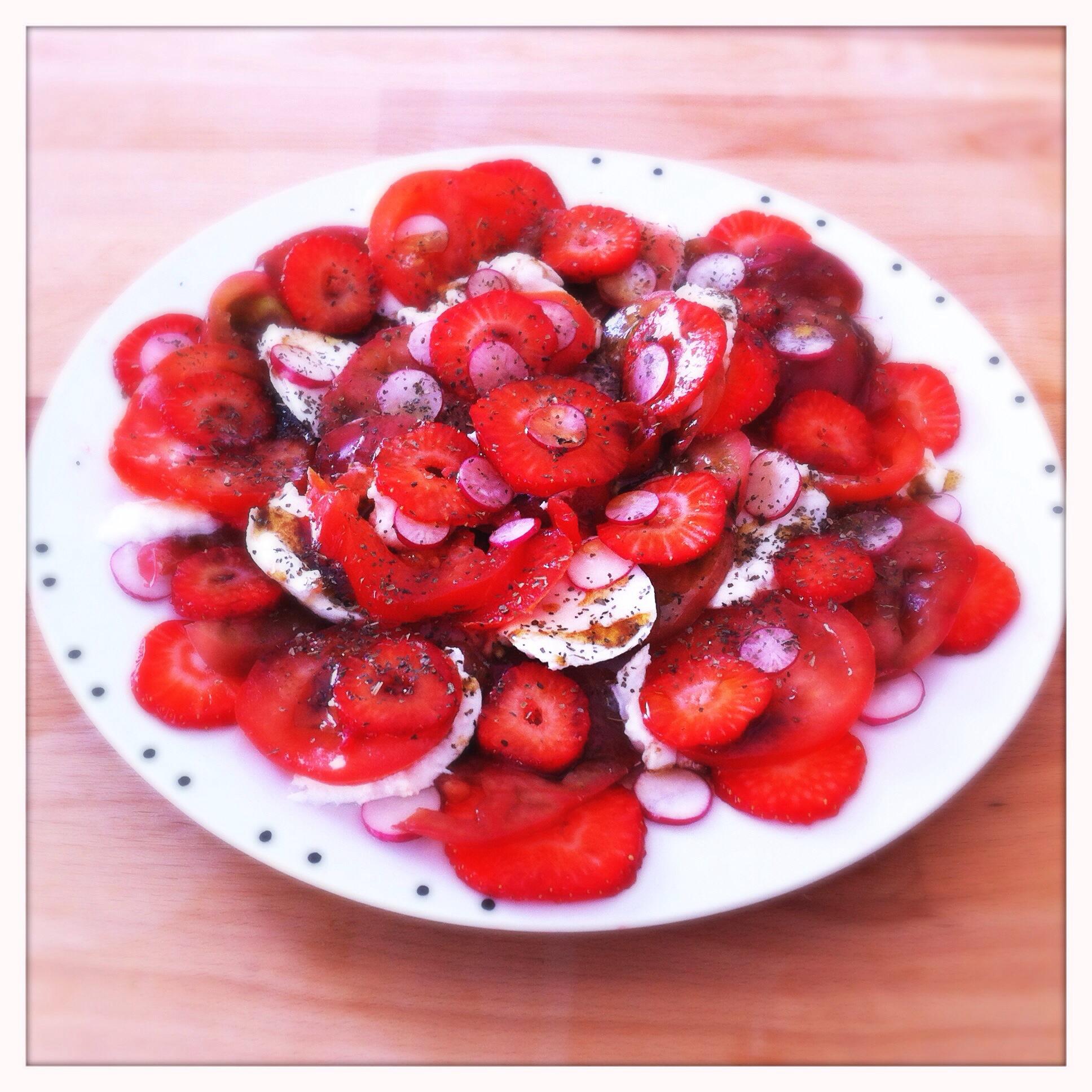 Carpaccio tout rouge (fraises / tomates / radis)